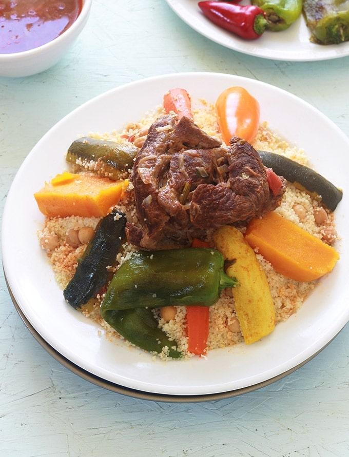 Couscous marocain aux légumes et à la viande, la recette traditionnelle de base. Un plat complet familial à base de légumes frais, légumes secs et viande (boeuf, agneau ou poulet). Vous pouvez faire une version végétarienne / vegan en omettant la viande et en mettant plus de légumes secs.
