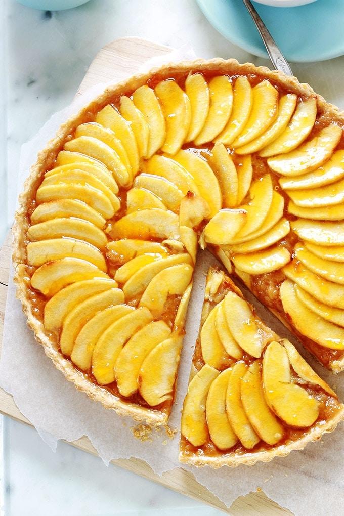 Tarte aux pommes avec compote de pommes, une recette facile et rapide. Composée de pâte brisée, compote de pommes maison (ou du commerce), pommes. Délicieuse tiède ou froide, avec une boule de glace ou de la crème fraîche pour les plus gourmands. Je vous donne ici la recette, mais aussi quelques conseils pour réussir votre tarte aux pommes avec compote.
