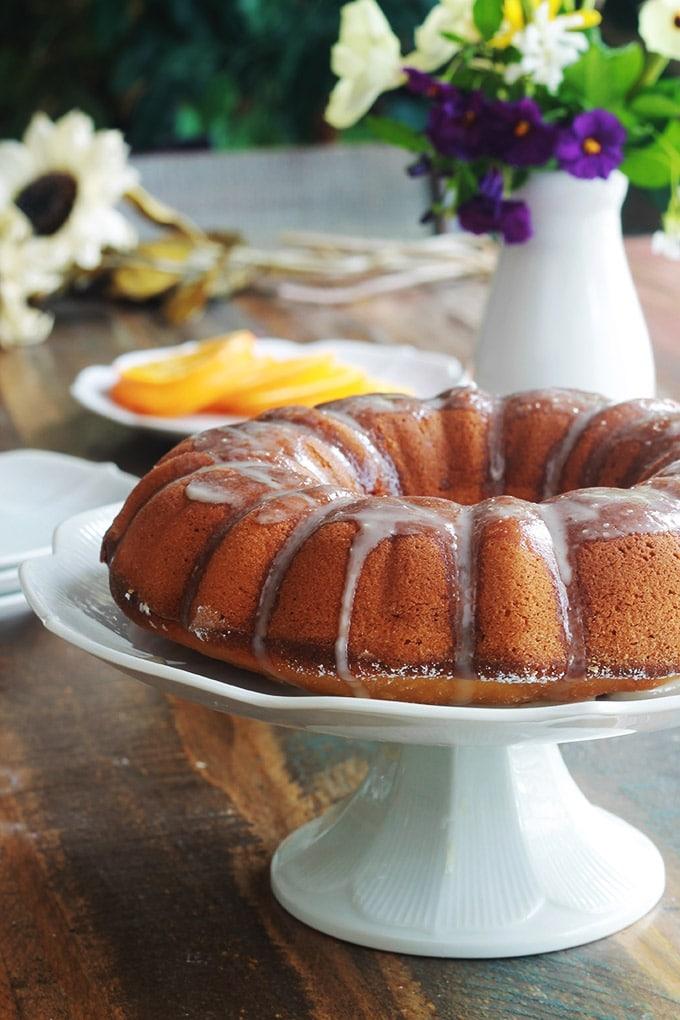 Gâteau à l'orange moelleux, avec éventuellement, un glaçage à l'orange. La recette est très facile et inratable. A base de jus, de pulpe et de zeste d'oranges fraîches. Le gâteau contient peu de sucre. Idéal pour un goûter ou pour emmener à un pique-nique.