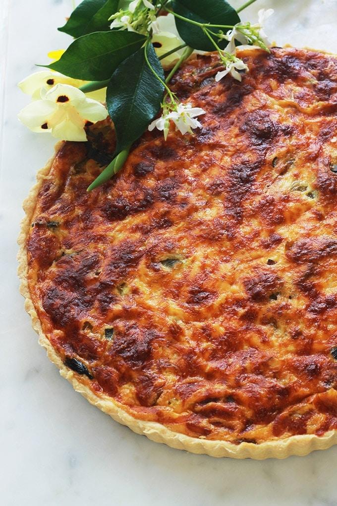 Délicieuse quiche au thon, poireaux, champignons et fromage. Facile et rapide à faire. Avec de la pâte brisée ou feuilletée. Accompagnée d'une salade, ça vous fait un plat complet et économique.