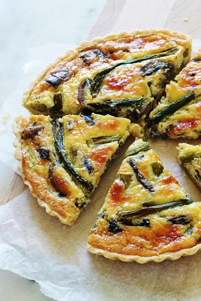 Délicieuse quiche aux asperges, champignons et fromage. Simple, rapide et économique. Vous pouvez utiliser des asperges fraîches de saison, surgelées ou même en boîte. A servir tiède ou froide. Accompagnée d'une petite salade verte, ça vous fait un repas complet.
