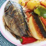 Recette du couscous tunisien au poisson. Un plat complet et équilibré. Composé de graines de couscous, une sauce avec des légumes, frais et secs, et du poisson. Une recette de base que vous pouvez décliner à l'infini. Il suffit de mettre des légumes et des poissons selon votre goût et la saison.