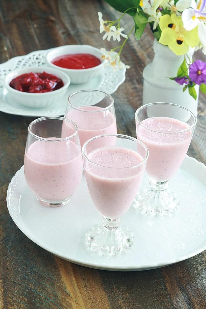 Délicieuse panna cotta aux fraises. Cette recette est différentes de la panna cotta classique. Elle est composée de 4 ingrédients : crème, coulis de fraises, sucre, gélifiant. Sa particularité est que le coulis de fraises est mélangé avec la crème avant de la laisser prendre au frais. Vraiment excellente !