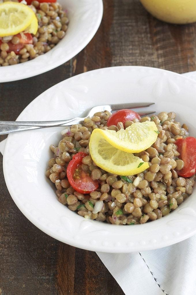 Voici une salade de lentilles toute simple avec une sauce vinaigrette à la moutarde de Dijon. Facile, économique et faite avec peu d'ingrédients : des lentilles, tomates, oignon, persil, vinaigrette. Parfaite pour accompagner du poisson, viandes et poulet grillés, saucisses, etc