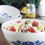 L'une des meilleures salades de pâtes au poulet. Facile et rapide (15 minutes). Pâtes, poulet, coeurs d'artichauts, tomates, oignons, feta, olives et vinaigrette grecque. C'est une salade-repas complète. Servie froide, elle est parfaite pour l'été, un pique-nique... Vous pouvez utiliser des restes de poulet rôti ou des blancs de poulet que vous faites cuire rapidement.