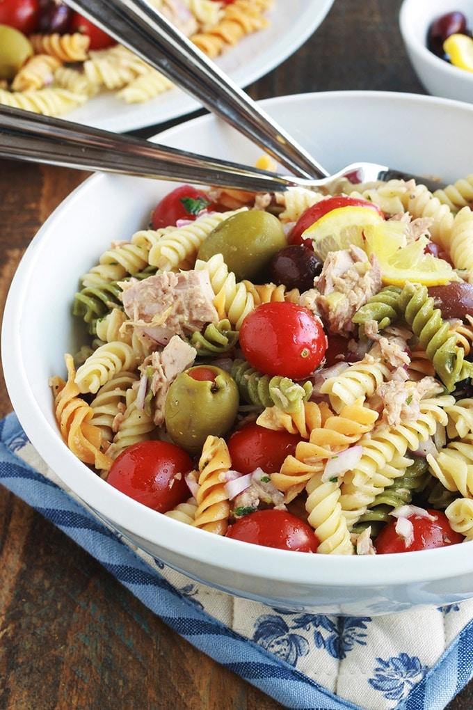 Délicieuse salade de pâtes au thon toute simple, parfumée, avec une vinaigrette aux herbes fines. Une recette facile et rapide à faire. C'est une salade repas froide, parfaite pour l'été. Composée de pâtes fusilli 3 couleurs, thon en boîte, tomates, oignon, olives, vinaigrette aux herbes aromatiques.