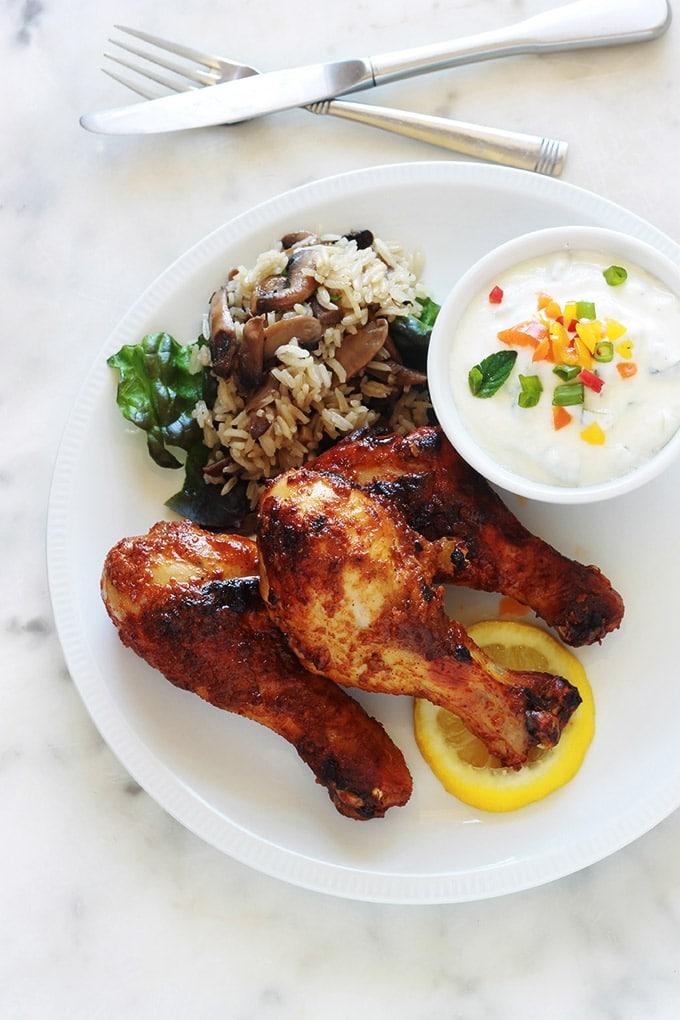 Délicieux pilons de poulet marinés au yaourt, citron, et épices. La cuisson peut être faite au four ou à la poêle. C'est très bon dans les deux cas. Ces pilons sont bien goûteux, tendres et juteux. Vous pouvez les accompagner avec du riz et une sauce au yaourt, telle que la sauce raïta indienne. Cette sauce, en plus d'être délicieuse, permet d'adoucir les plats épicés. Une autre idée d'accompagnement que j'aime sont les pommes de terre, genre potatoes !