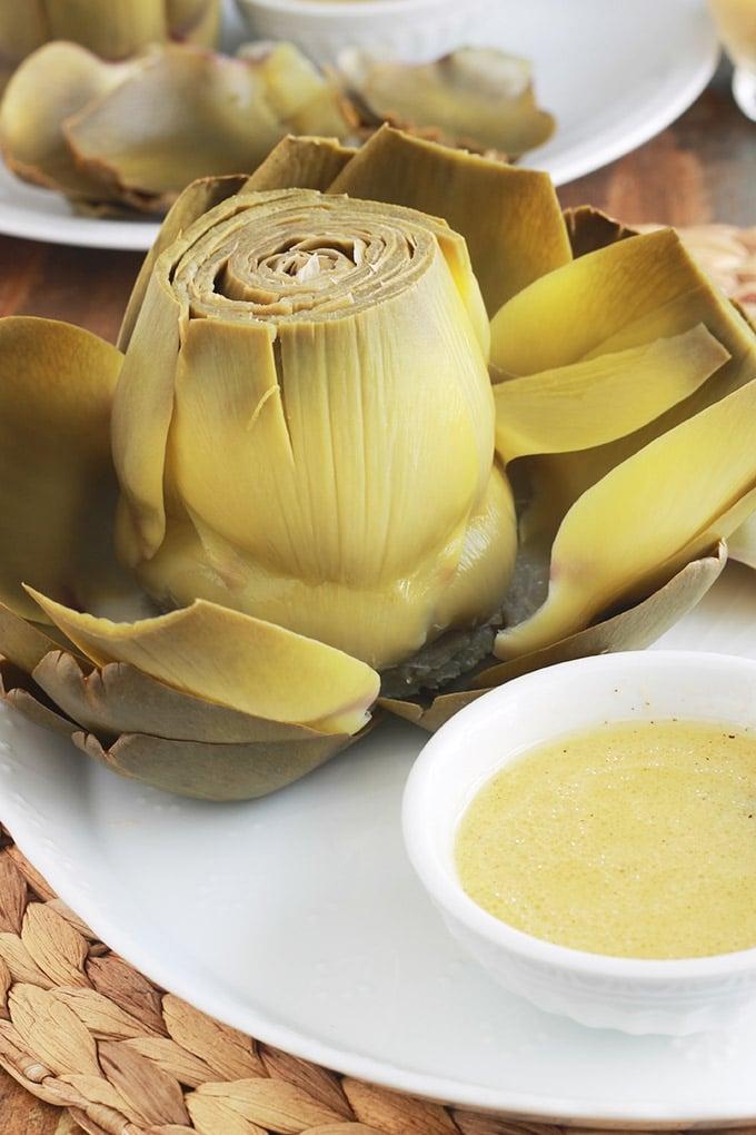 Les artichauts vinaigrette ou artichauts à la française : la façon la plus simple de manger les artichauts, feuille par feuille. Une vieille recette classique, toute simple et qui plaît à tout le monde, petits et grands.
