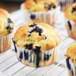 Ces muffins au yaourt et myrtilles sont moelleux à souhait. Ils sont faciles et rapides à faire. Vous pouvez utiliser des myrtilles fraîches ou surgelées. Délicieux tièdes ou froids, au petit déjeuner ou au goûter, vous allez vous régaler avec ces muffins américains !
