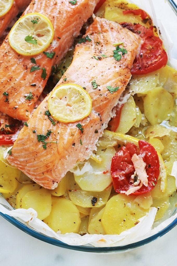 Voici un plat complet et savoureux : des pavés de saumon sur lit de pommes de terre fondantes au four. Une recette simple et facile. Du saumon, pommes de terre, tomates, citron, huile d'olive, ail, épices et herbes aromatiques.Vous pouvez utiliser d'autres filets de poisson (cabillaud par ex.)