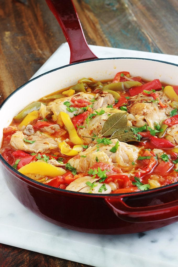 Recette du poulet basquaise sans vin blanc et sans jambon. Des cuisses de poulet cuites en cocotte, avec une sauce aux poivrons, tomates, oignons, ail, épices et aromates. Ce plat est facile à faire et savoureux. Il peut être accompagné de riz, pommes de terre, pâtes...