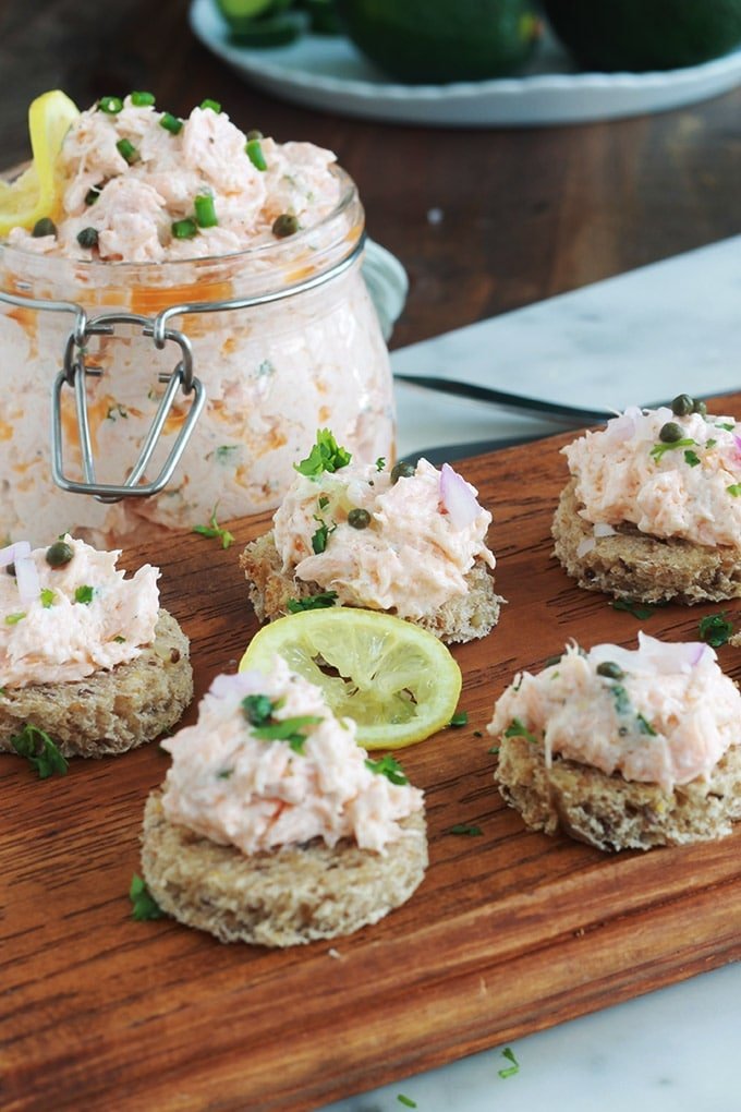 Délicieuses rillettes de saumon surgelé sans beurre, avec du fromage frais. Très faciles et rapides à faire comme toutes les rillettes de poisson. Evidemment vous pouvez utiliser du saumon frais, mais du saumon surgelé de bonne qualité est tout aussi bon et surtout plus économique.
