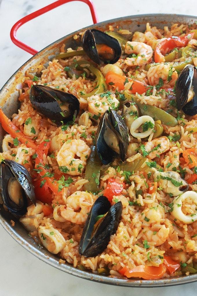 Apprenez à faire ce plat complet de riz aux fruits de mer surgelés et légumes, ça vous simplifiera la vie ! C'est facile et vraiment savoureux. Le plus, est que vous pouvez l'adapter de mille et une façons! Varier les fruits de mer, mettez du poulet, variez les légumes, etc. Vous pouvez même remplacer le riz par du boulgour ou du quinoa pour une version encore plus saine.