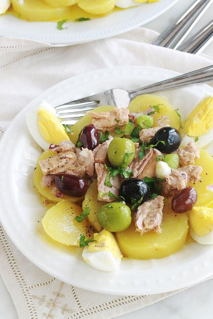 Délicieuse salade de pommes de terre au thon toute simple, avec des oeufs durs , des olives et une vinaigrette à la moutarde, sans mayonnaise. C'est une recette économique, facile et rapide. Vous pouvez la servir tiède ou froide, en entrée, plat d'accompagnement ou même en plat principal.