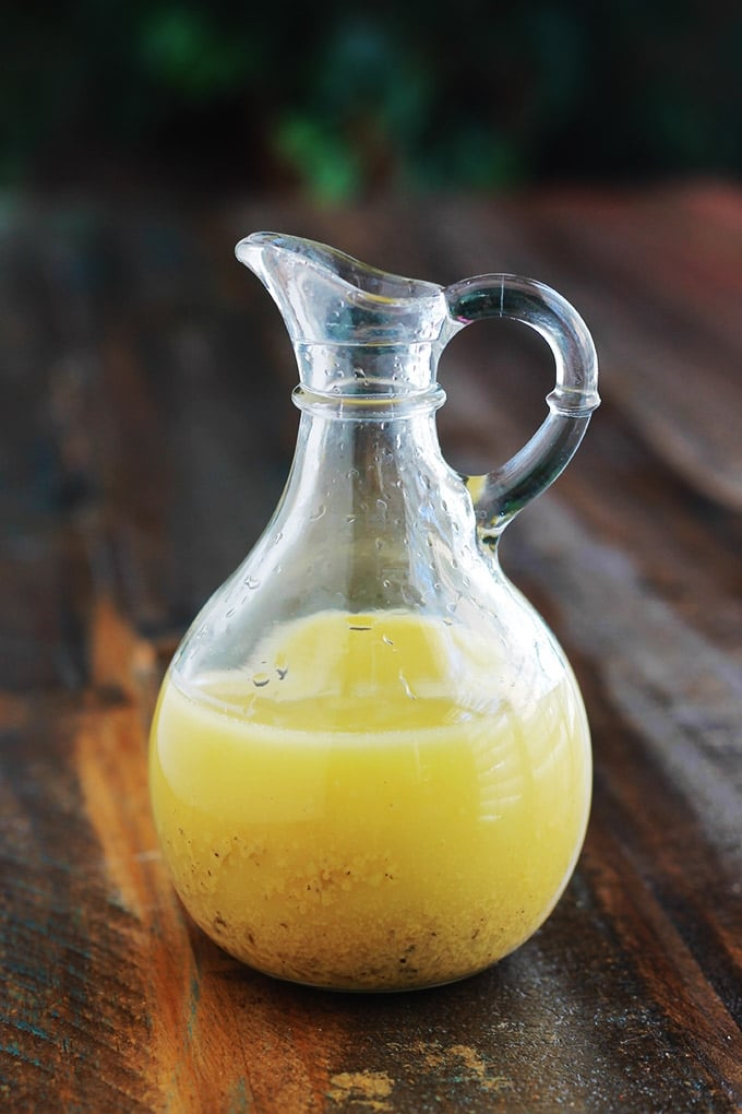 Une sauce vinaigrette toute simple et délicieuse pour vos salades de tous genres : la vinaigrette à la moutarde de Dijon, ou vinaigrette à la dijonnaise. Pourquoi l'acheter alors qu'elle est facile, rapide, économique et sans les nombreux additifs de la vinaigrette du commerce ? A peine 1 minute de préparation de seulement 5 ingrédients : huile d'olive, jus de citron, moutarde de Dijon, sel et poivre.