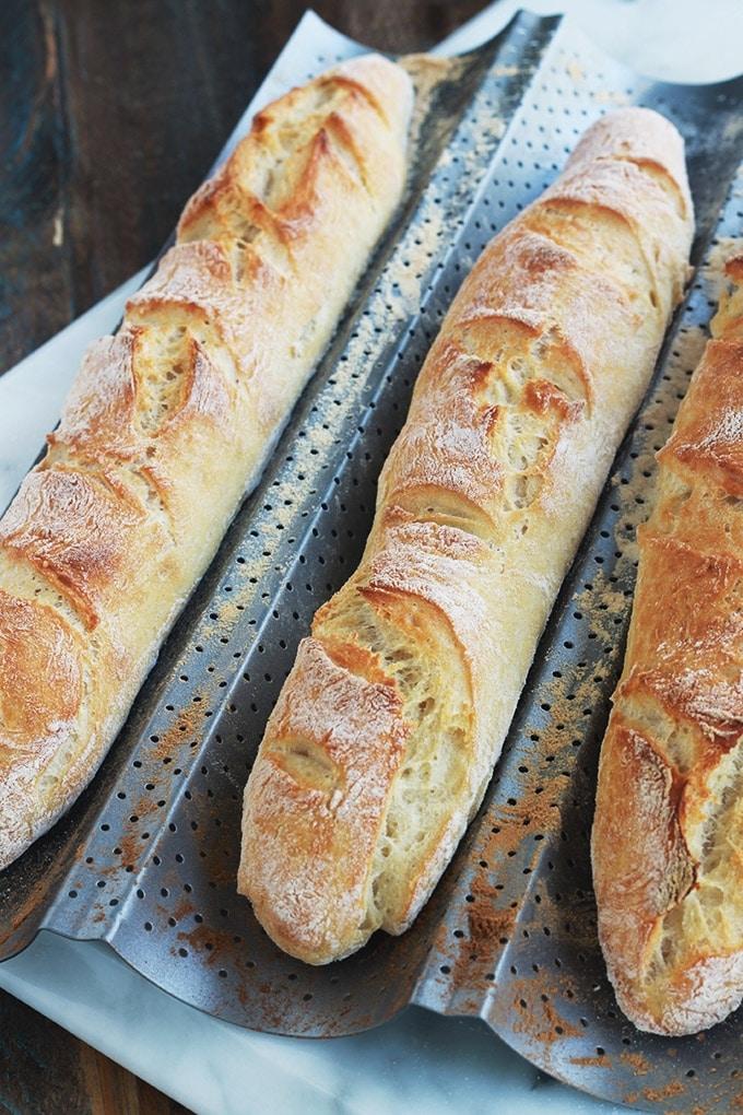La fameuse baguette magique sans pétrissage : lamie est légère et aérée, la croûte est croustillante à souhait. Facile et relativement rapide puisque pas besoin de pétrir et n'a qu'une seule pousse de la pâte. C'est une recette qui convient pour les débutants en boulangerie, sans machine à pain et sans pétrin. Le résultat est bluffant, tellement simples à faire!