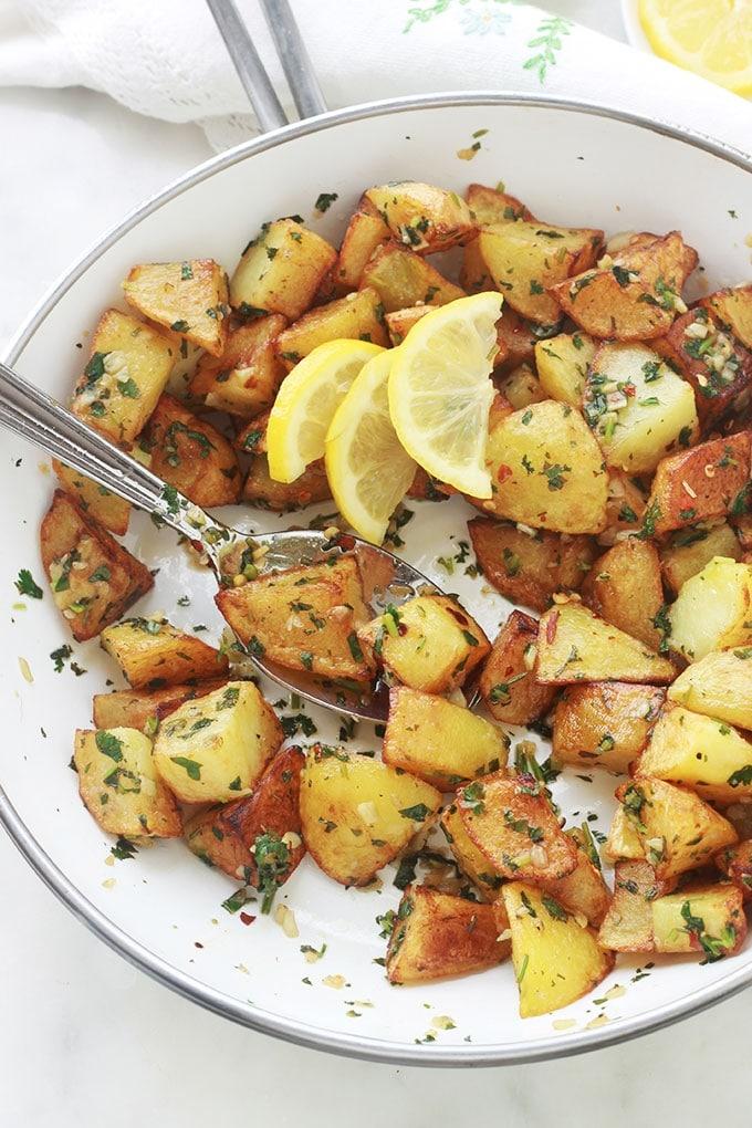 Délicieuses pommes de terre épicées à la libanaise (batata harra), une recette simple et rapide à faire. Ce sont des pommes de terre frites ou rôties au four, puis mélangées à une sauce citronnée à l'ail, piment et coriandre. Elles sont aussi bonnes chaudes que froides.