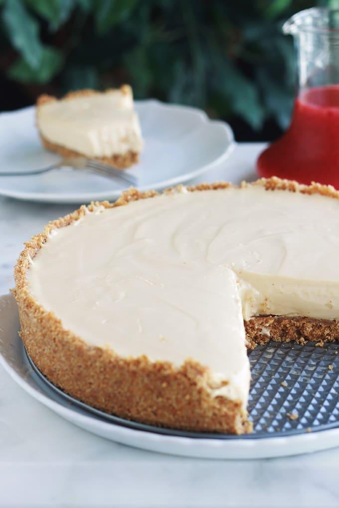 Ce cheesecake au fromage frais Philadelphia et au lait concentré est agréablement parfumé au citron et à la vanille. Sans oeufs et sans cuisson. Il est idéal quand il fait chaud et qu'on a pas envie d'allumer le four. Facile et rapide à faire (en dehors du temps de prise au frigo).