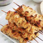 La recette du fameux chich taouk libanais, ou kebab de poulet. Délicieuses brochettes de poulet mariné au citron, épices et yaourt. Une recette facile et rapide (en dehors du temps de marinade). Peut être servi dans un mezzé, dans une assiette avec du riz et des légumes grillés, ou en sandwich avec des crudités et une ou plusieurs sauces.