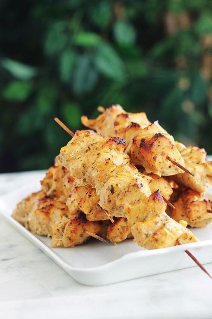 Voici la recette du fameux chich taouk libanais, ou kebab de poulet. Ce sont de délicieuses brochettes de poulet mariné au citron, épices et yaourt. Une recette facile et rapide (en dehors du temps de marinade). Peut être présenté dans une assiette avec des légumes grillés, ou en sandwich avec des crudités et une ou plusieurs sauces.