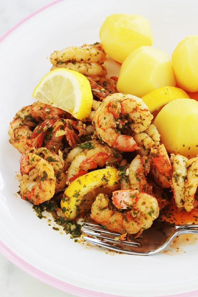 Une recette de plat facile et rapide : des crevettes en sauce chermoula marocaine. A base de coriandre (ou persil), ail, jus de citron, huile d'olive et épices. Délicieux aussi bien chaud que froid. En entrée avec du pain, en plat (accompagné de pâtes, de pommes de terre, du riz...), dans un sandwich... C'est comme vous voulez !