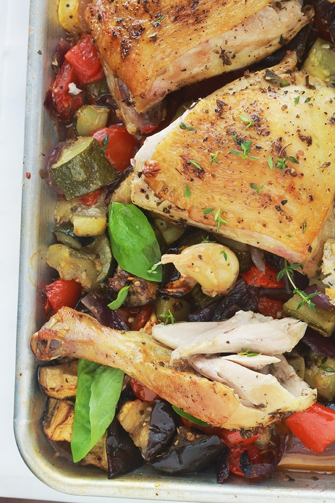 Plat complet très facile et savoureux : des cuisses de poulet rôties au four sur un lit de ratatouille. Les légumes sont aussi rôtis au four avec le poulet : courgettes, aubergines, poivrons, oignons, tomates et gousses d'ail en chemise. Le poulet est tendre et juteux et les légumes confits. Un régal!