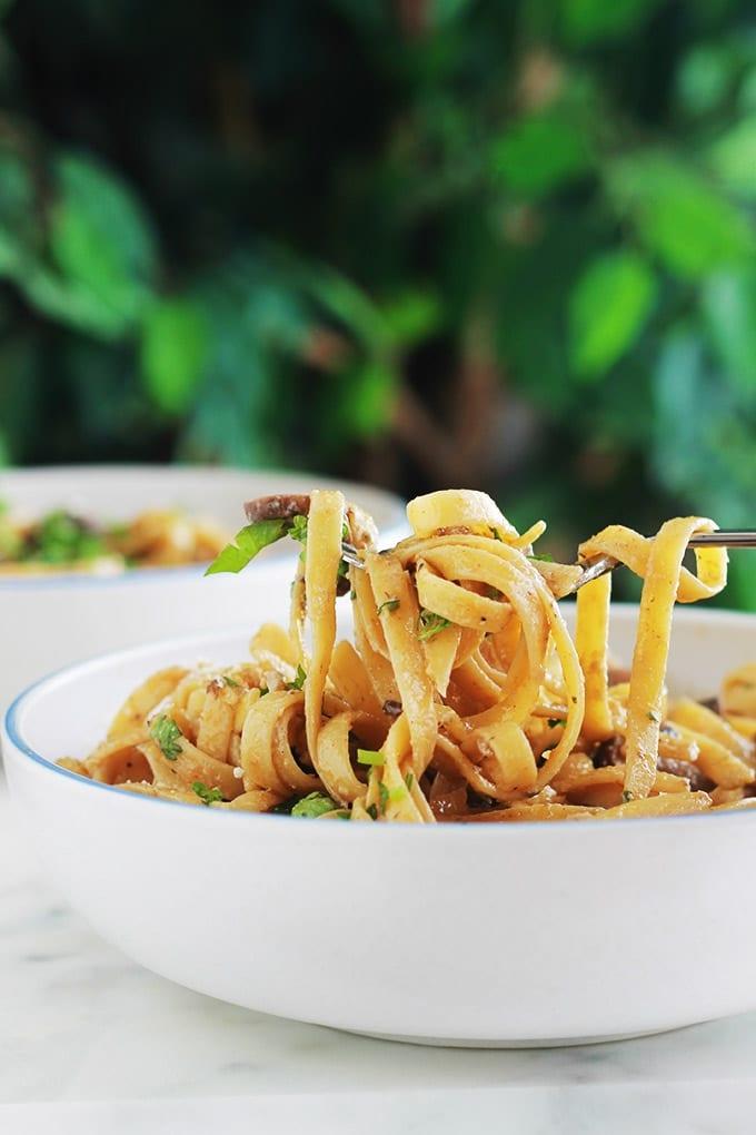 Des pâtes dans une sauce crémeuse aux champignons et fromage. Une recette facile, rapide et tellement délicieuse. La sauce est composée de crème, bouillon, échalote, ail, herbes aromatiques, parmesan (ou autre fromage). A servir comme plat végétarien ou en plat d'accompagnement pour une viande.