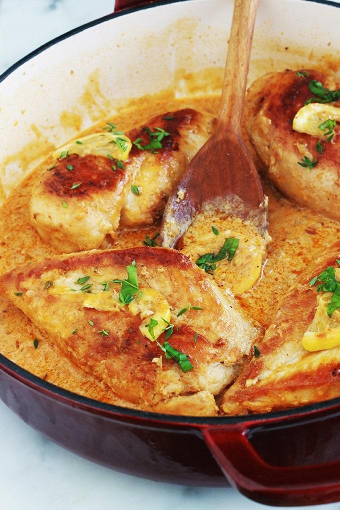 Poitrines de poulet dans une délicieuse sauce crémeuse à l'ail et au citron. Magnifique avec des pâtes, des légumes comme les pommes de terre, du riz, ou simplement avec du pain pour saucer dedans. Si vous aimez les sauces citronnées, vous allez vous régaler.