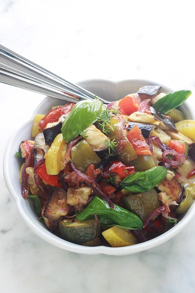 Recette de la ratatouille au four, simple et facile à faire. Plus légère et plus rapide que la ratatouille classique. Composée de courgettes, aubergines, poivrons, oignons, tomates et assaisonnement avec de l'huile d'olive, épices et herbes aromatiques. Les légumes sont confits et délicieux.