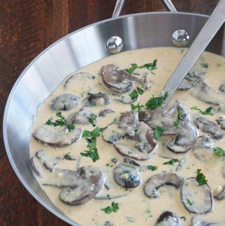 Délicieuse sauce aux champignons avec de la crème et du parmesan. La recette est toute simple et rapide à faire. Magnifique avec des pâtes, en particulier les tagliatelles et fettuccine. Mais aussi les légumes et les viandes.