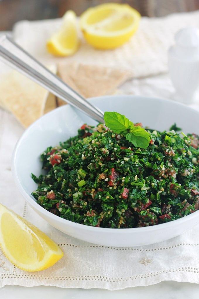 La vraie recette du taboulé libanais. Très facile avec peu d'ingrédients : persil (beaucoup de persil) et éventuellement un peu de menthe fraîche, un peu de boulgour, tomates, oignons, jus de citron, huile d'olive et sel. C'est une salade santé rafraîchissante parfaite en été. A servir en entrée ou en plat d'accompagnement pour vos grillades. Il est magnifique aussi pour les pique-niques. Très simple, rapide et tellement bon!