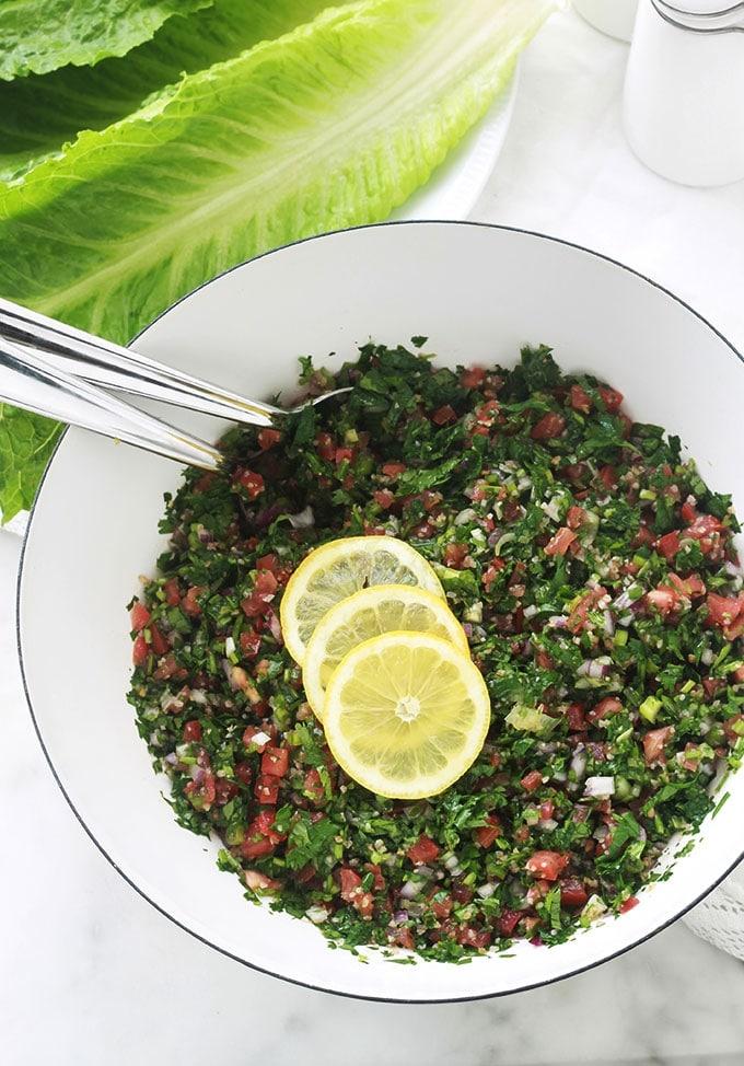 Apprenez à faire le taboulé traditionnel comme les libanais. La vraie recette a peu d'ingrédients : persil (beaucoup de persil) et éventuellement un peu de menthe fraîche, un peu de boulghour fin, tomates, oignons, jus de citron, huile d'olive et sel. C'est une salade santé rafraîchissante parfaite en été. A servir en entrée ou en plat d'accompagnement pour vos grillades. Il est magnifique aussi pour les piques-nique. Très simple, rapide et tellement bon!
