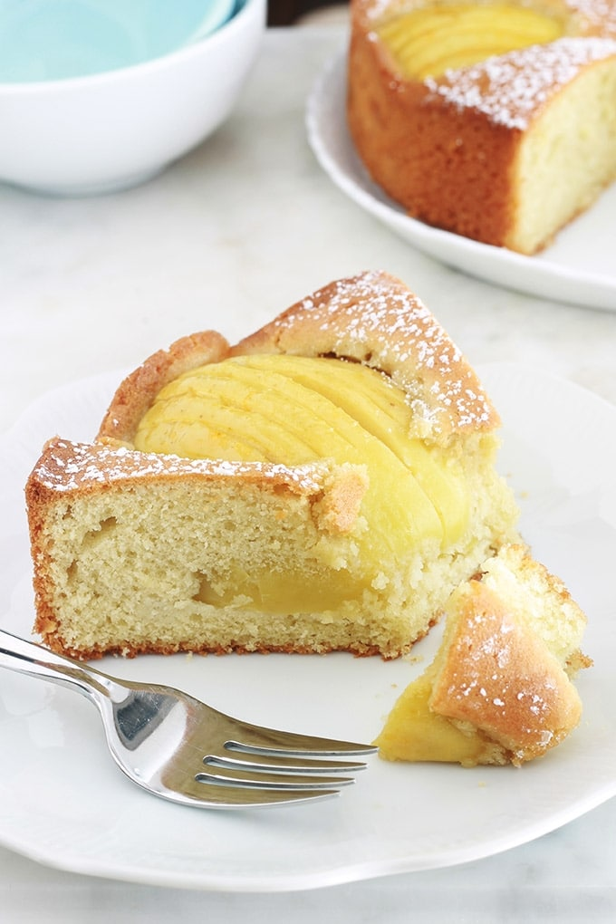 Ce délicieux gâteau allemand aux pommes est très facile. Une pâte rapide à préparer dans laquelle sont enfoncés des demi ou quartiers de pommes tranchées. Il est tellement simple qu'il convient même pour le goûter des jours de semaine quand on a pas beaucoup de temps.