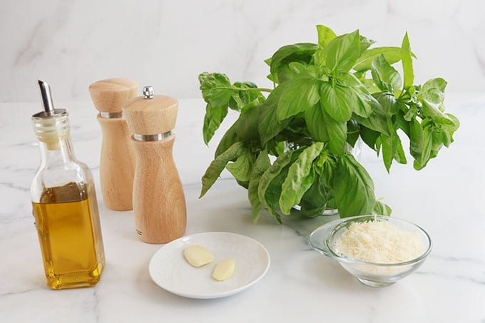Ingredients du pistou basilic ail parmesan sel poivre huile d'olive