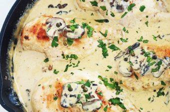 Une autre recette facile et rapide : du poulet en sauce au poivre vert, champignons et crème. Vous pouvez utiliser des poitrines de poulet désossées et sans peau, blanc de poulet émincé, aiguillettes, escalopes ou filets, … A servir avec des pommes de terre, des pâtes, du riz, c'est délicieux avec tout !