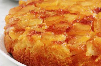 Recette du quatre-quarts aux pommes du chef Christophe Felder. C'est un gâteau renversé aux pommes caramélisées, sur la base du fameux quatre quarts breton. Simple, facile et délicieux pour le goûter.
