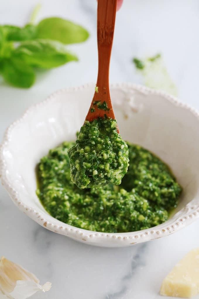 La recette du pistou provençal maison (ou sauce pistou). Une sauce froide utilisée principalement dans la fameuse soupe au pistou. Basilic, ail, huile d'olive, et éventuellement du parmesan râpé. Délicieux sur des toasts à l'apéro, comme sauce pour les pâtes, les salades, les viandes grillées, les légumes grillés, ou pour parfumer d'autres soupes.
