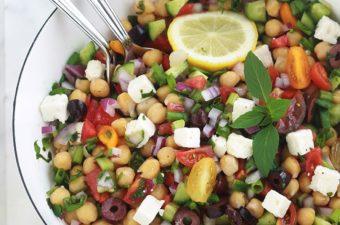Salade de pois chiches à la grecque. Recette facile et rapide (5 minutes!). Des pois chiches, tomates, concombres, oignons, feta, olives kalamata et aromates. Le tout arrosé d'une vinaigrette grecque toute simple. C'est une salade économique, sans gluten, végétarienne et vegan.