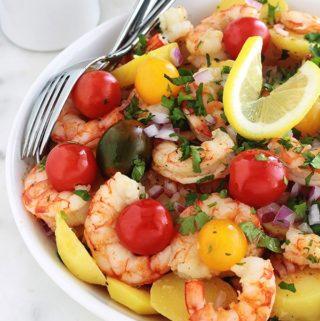 Salade froide composée de pommes de terre, crevettes, tomates cerises et oignons : assaisonnée d'une sauce vinaigrette au citron et huile d'olive, sans mayonnaise. Une salade simple, facile, excellente pour un plat rapide en cours de semaine.