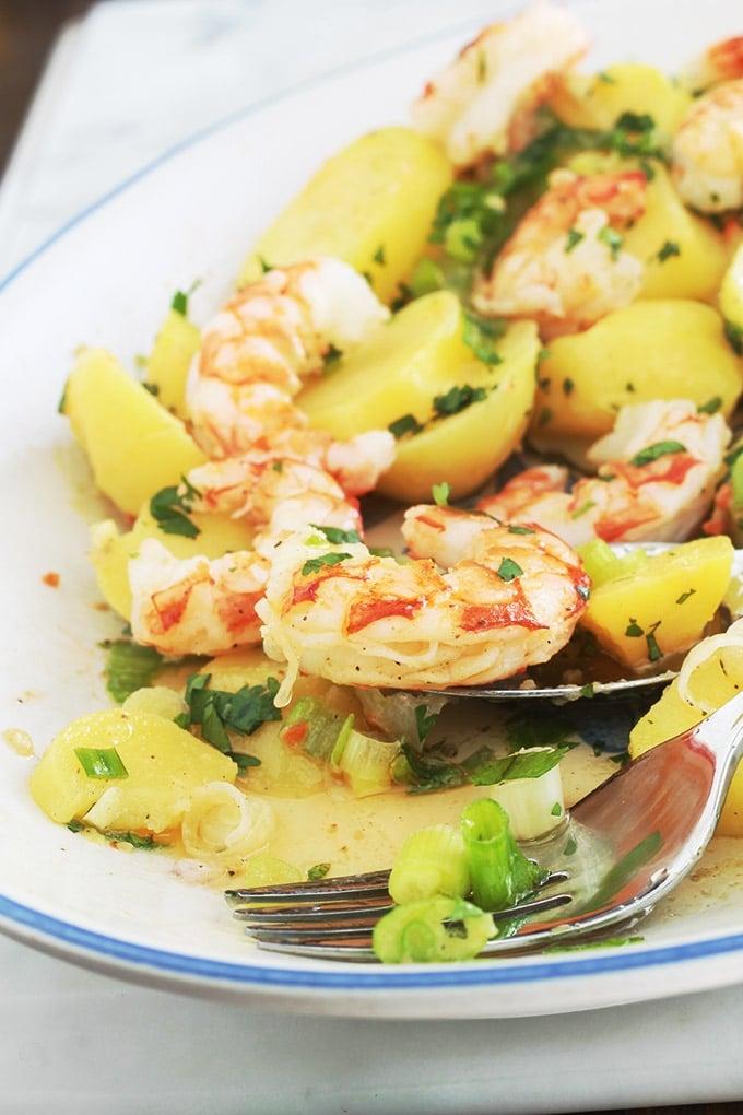 Cette salade de pommes de terre aux crevettes (ou scampis) est très simple et tellement goûteuse. Une recette facile pour un repas rapide prêt en quelques minutes ! Pommes de terre, crevettes, oignons verts, persil, vinaigrette au citron et moutarde. Yummy!
