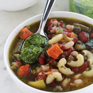 La soupe au pistou est un grand classique de la cuisine provençale. Une soupe estivale facile, avec des légumes d'été frais et des légumineuses, de petites pâtes et du pistou (basilic, ail, huile d'olive). Délicieuse aussi bien chaude que froide. Consistante avec les légumineuses, elle convient aussi pour les végétariens et végétaliens.