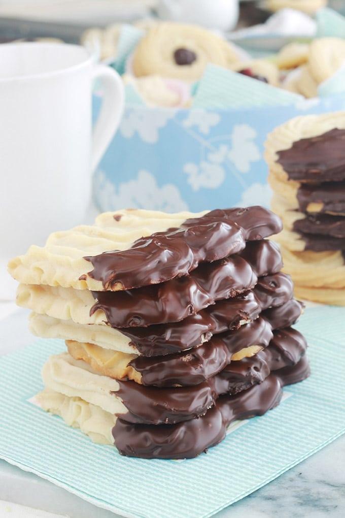 La recette des spritz ou sablés viennois de Pierre hermé. Ces biscuits sablés sont croquants et fondants à la fois. Faciles et rapides à faire. C'est la meilleure recette de spritz que j'ai testé! Avec un blanc d'oeuf, sans lait. Nature ou nappés de chocolat ou de confiture, ils sont délicieux pour le goûter des enfants et des plus grands.