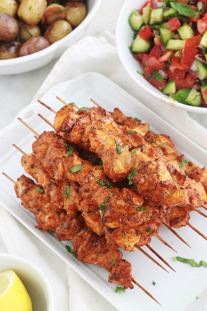 Brochettes de poulet au paprika et aux herbes cuites au four. C'est une recette très facile et rapide (en dehors du temps de macération). La marinade est composée de paprika, cumin, coriandre, herbes de Provence, poivre et huile d'olive. Une idée d'accompagnement : du riz et une salade ou dans un sandwich pita avec des crudités et une sauce… C'est simple et délicieux.