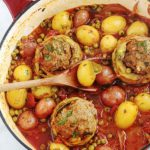 Voici un plat complet de légumes mijotés dans une sauce tomate : des fonds d'artichauts farcis à la viande hachée, des pommes de terre et des petits pois. Une recette facile, rapide et pleine de saveurs. Et vous pouvez l'adapter en mettant des légumes selon votre goût.