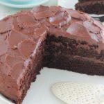 Délicieux gâteau au chocolat hyper moelleux avec une ganache toute simple. A base d'huile, sans beurre. Il est tellement facile, même pas besoin de batteur électrique. Parfait pour toutes les occasions. C'est l'un des gâteaux que je fais pour l'anniversaire de ma fille.