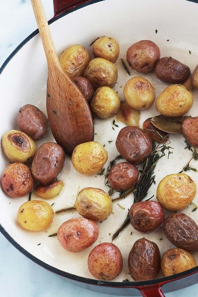 Ces pommes de terre grenailles sautées et confites à la cocotte sont un régal. Elles sont parfumées avec de l'ail et des herbes aromatiques (romarin et thym). Faciles, rapides à faire, elles accompagnent toutes les viandes, volaille et poissons.