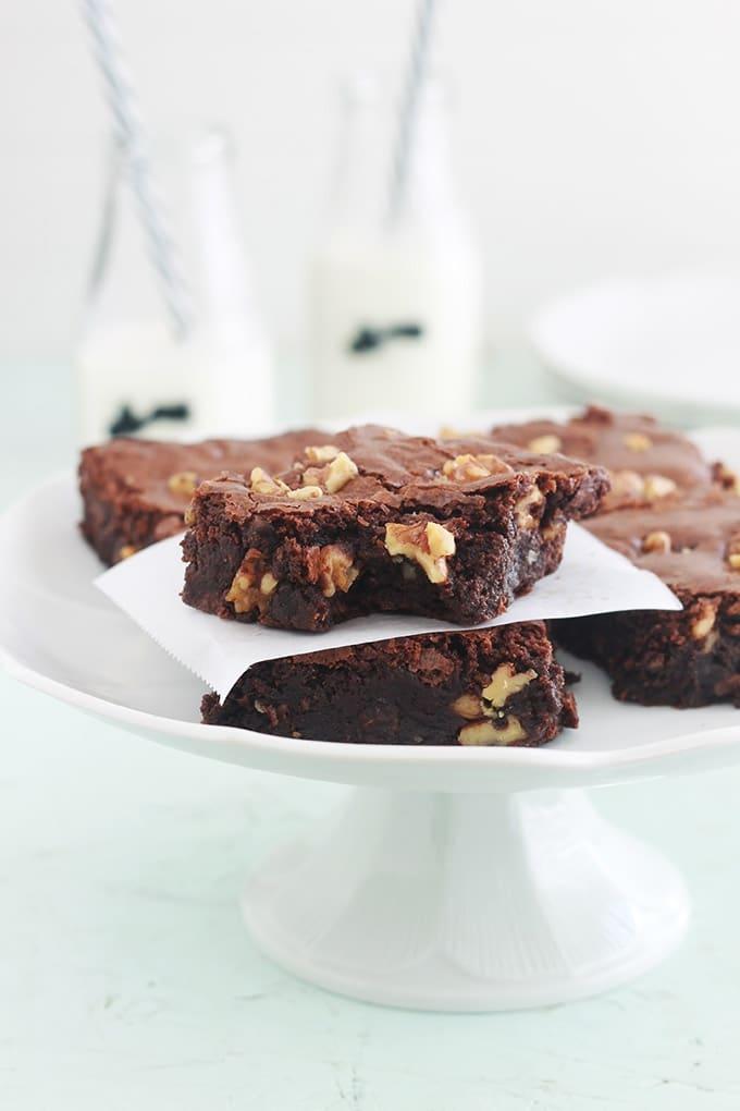 Ces délicieux brownies aux noix sont riches en chocolat, moelleux et denses à l'intérieur. Avec une croûte légèrement croustillante et une touche de café pour rehausser les saveurs du chocolat. Comme tous les brownies, ils sont très faciles à faire !