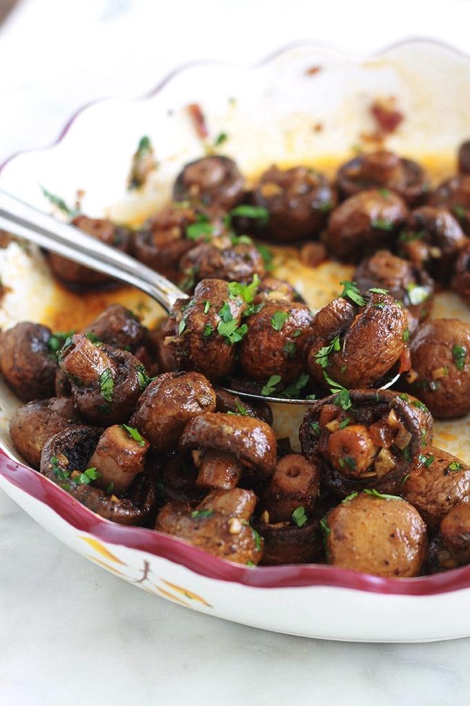 Si vous êtes fan des champignons, vous allez vous régaler avec ces champignons rôtis à l'ail et au vinaigre balsamique. Un plat d'accompagnement ou entrée très facile et rapide : des champignons, échalote, ail, vinaigre balsamique, huile d'olive, épices et herbes aromatiques.