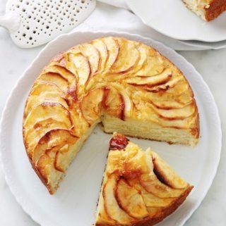 Délicieux gâteau au yaourt aux pommes, fondant et moelleux à souhait. C'est la recette du gâteau au yaourt classique dans laquelle sont ajoutées des pommes. Facile à faire et à mémoriser. Tellement simple que vous pouvez le faire avec les enfants.