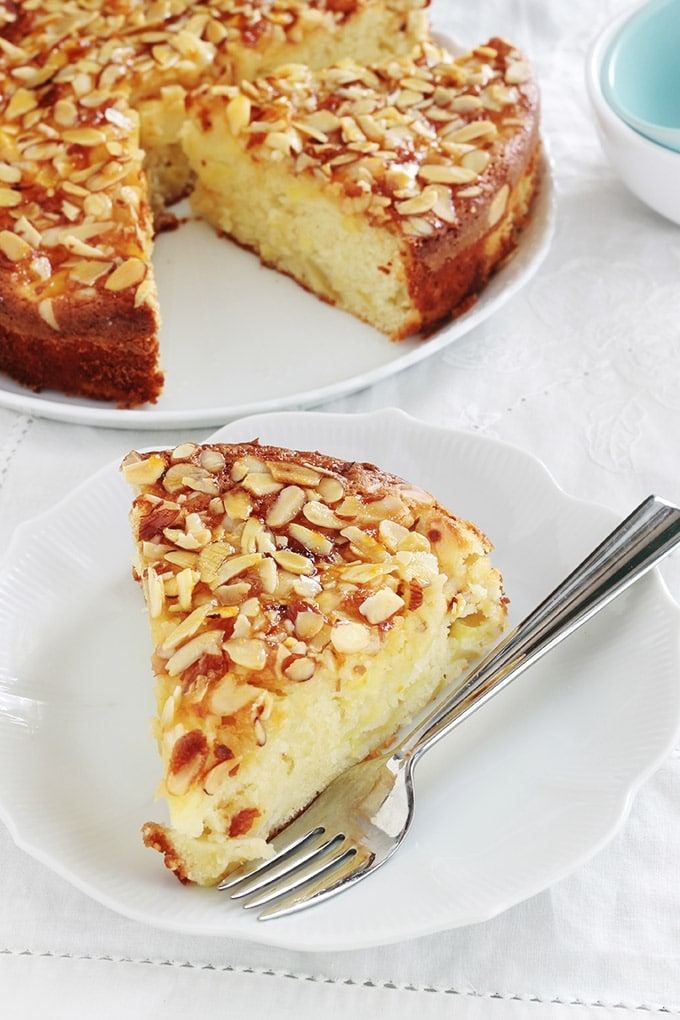 Délicieuse variante du gâteau au yaourt classique avec des pommes, de la poudre d'amandes et des amandes effilées. Le gâteau est hyper moelleux et fondant à souhait. C'est une recette simple et facile à faire, même avec les enfants.